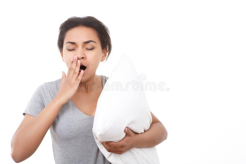 Mooie vrouw die op wit geïsoleerde achtergrond geeuwen royalty-vrije stock foto's