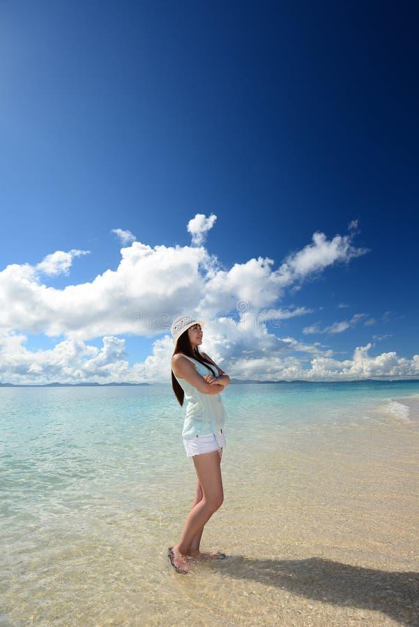 Mooie Vrouw die Pret op het Strand hebben stock fotografie