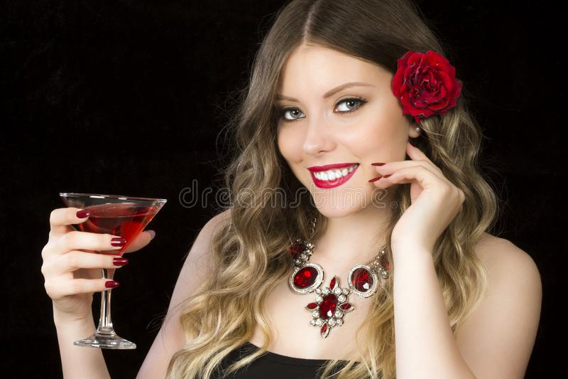 Mooie vrouw die rode cocktail drinken stock fotografie