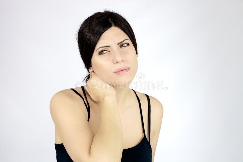 Mooie vrouw die sterke hals aan pijn en probleem lijden stock foto's