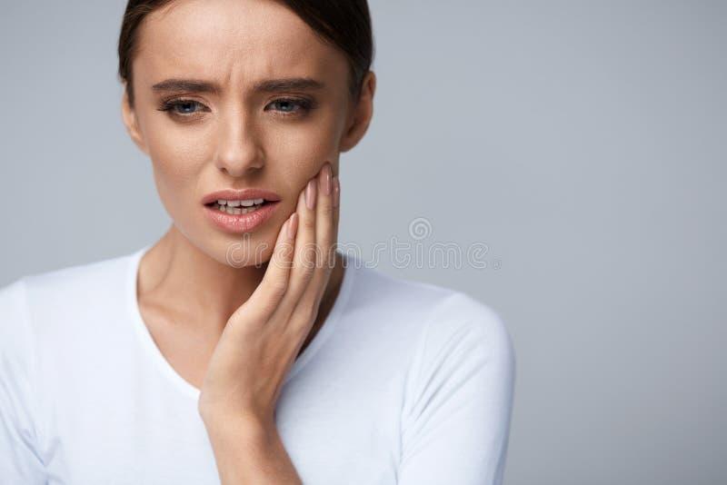 Mooie Vrouw die Tandpijn, Pijnlijke Tandpijn voelen gezondheid stock afbeeldingen