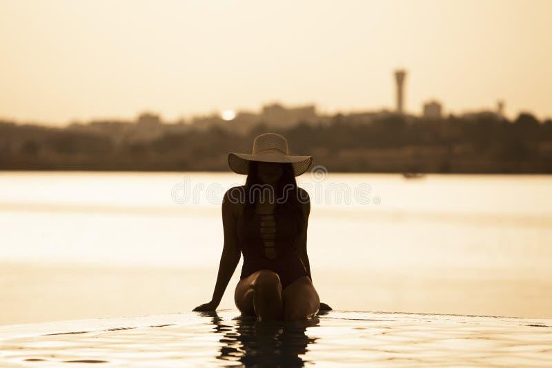 Mooie vrouw die van de pool genieten stock foto's
