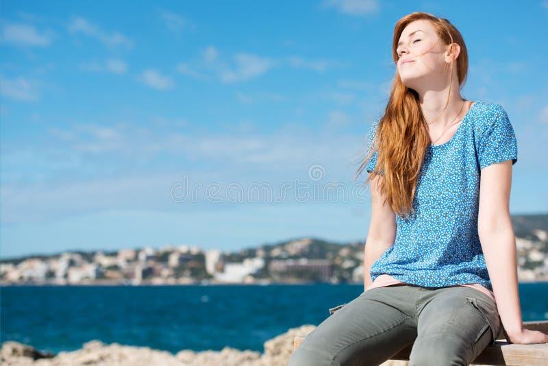 Mooie vrouw die van de zonneschijn genieten stock foto
