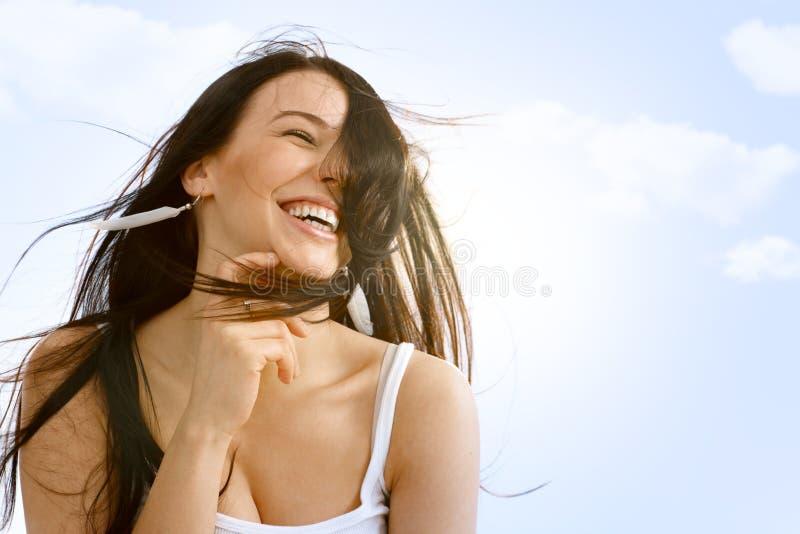 Mooie vrouw die van wind en de zomer genieten royalty-vrije stock afbeeldingen
