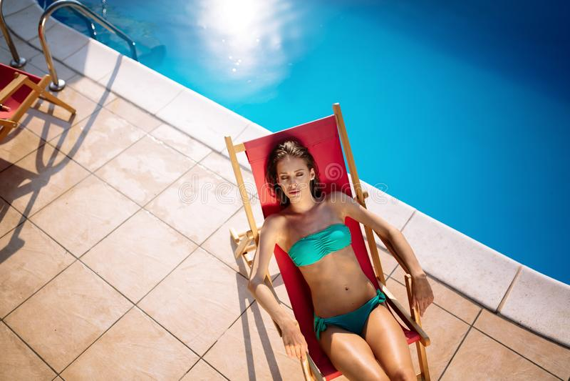 Mooie vrouw die van zwembad genieten stock foto's