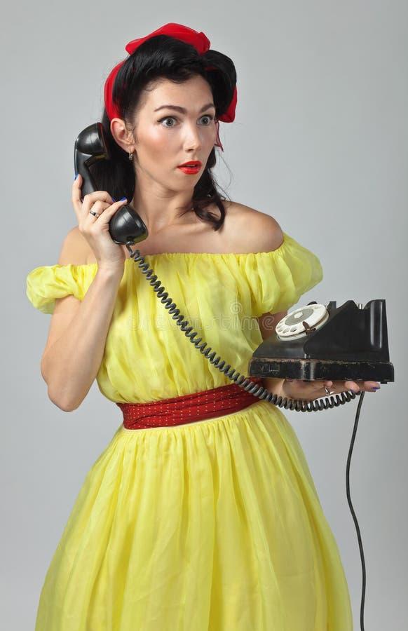 Mooie vrouw die via uitstekende telefoon spreken royalty-vrije stock fotografie
