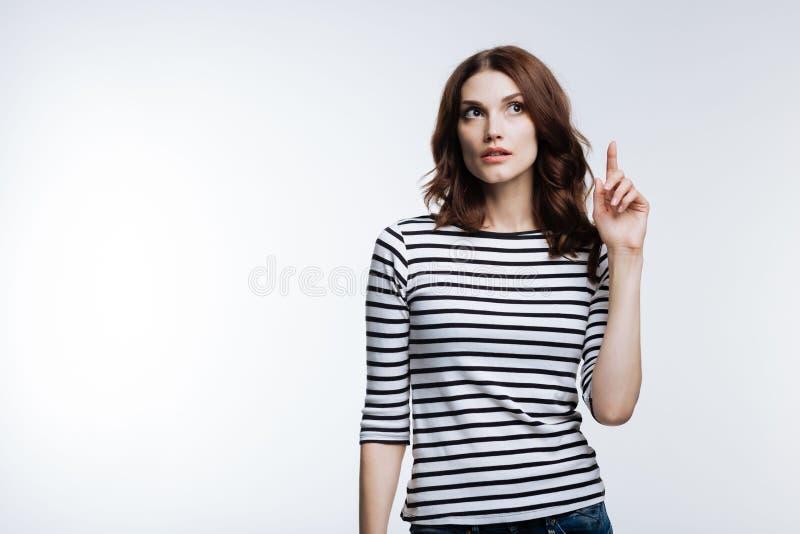 Mooie vrouw die vinger opheffen die belangrijke dingen hebben herinnerd royalty-vrije stock foto