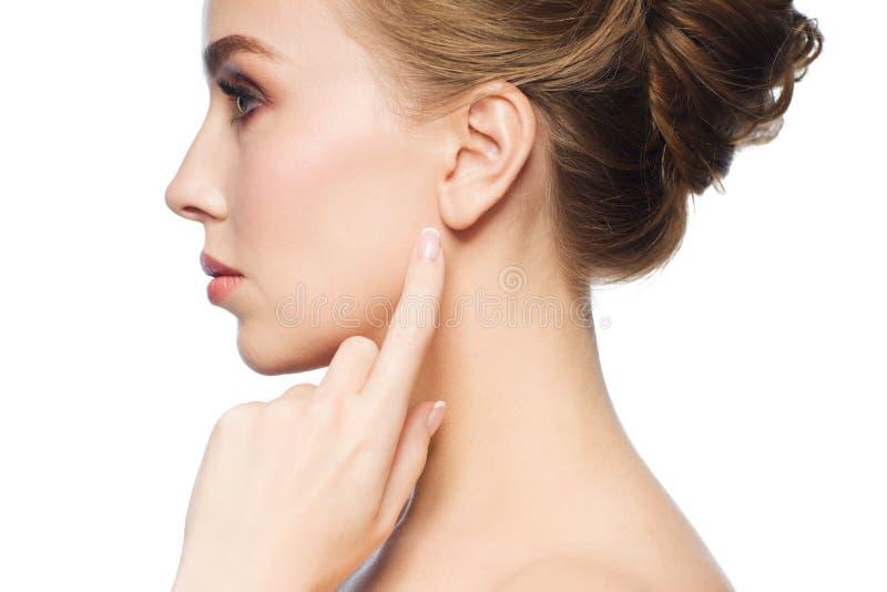 Mooie vrouw die vinger richten aan haar oor royalty-vrije stock foto's
