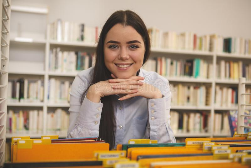 Mooie vrouw die voor boeken bij de opslag winkelen royalty-vrije stock afbeeldingen