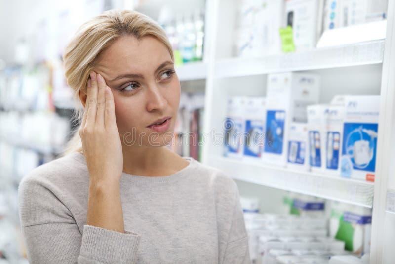 Mooie vrouw die voor geneeskunde winkelen royalty-vrije stock foto's