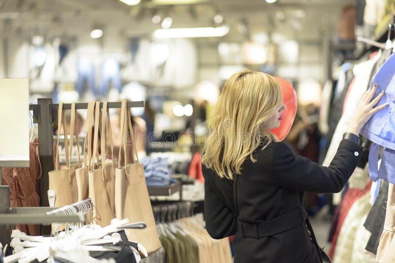 Mooie vrouw die voor kleren winkelen royalty-vrije stock afbeelding