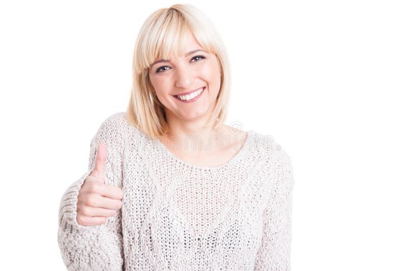 Mooie vrouw die warme sweter dragen die als gebaar tonen stock fotografie