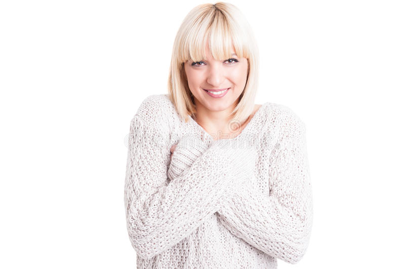 Mooie vrouw die warme sweter met gekruiste wapens dragen stock foto's