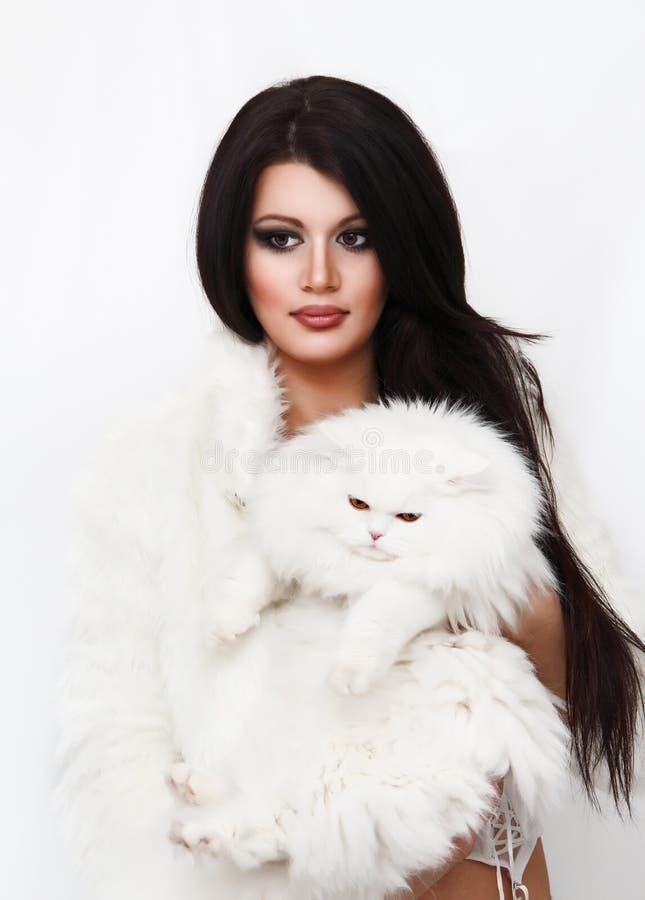 Mooie vrouw die witte Perzische kat houden royalty-vrije stock foto's