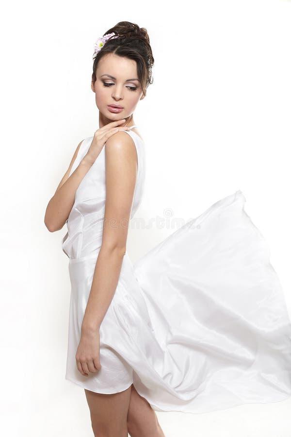 Mooie vrouw die witte vliegende kledingsbruid earing stock fotografie