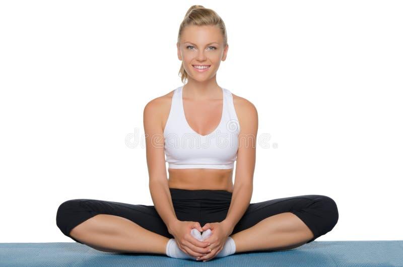 Mooie vrouw die yoga doet royalty-vrije stock afbeeldingen