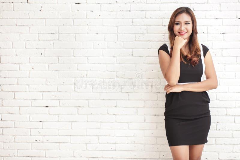 Mooie vrouw die zwart-witte toevallige kleding dragen stock afbeelding