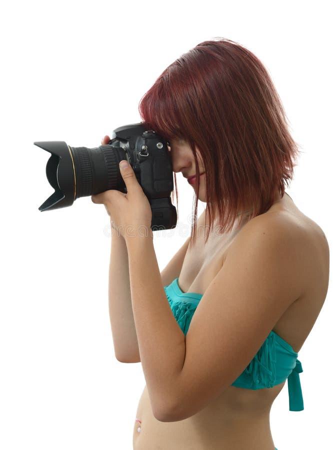 Mooie vrouw die in zwempak digitale fotocamera houden royalty-vrije stock foto's
