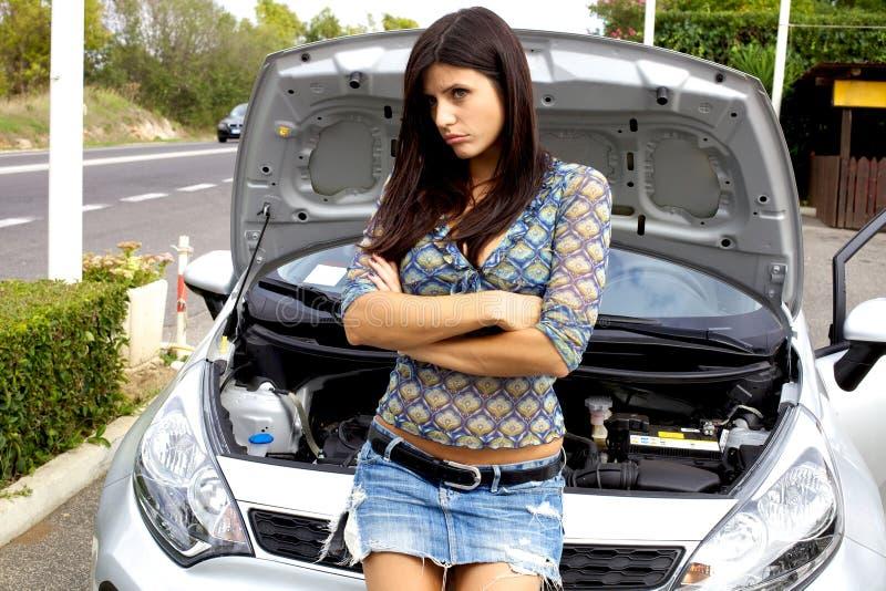 Mooie vrouw droevig met gebroken auto royalty-vrije stock foto's
