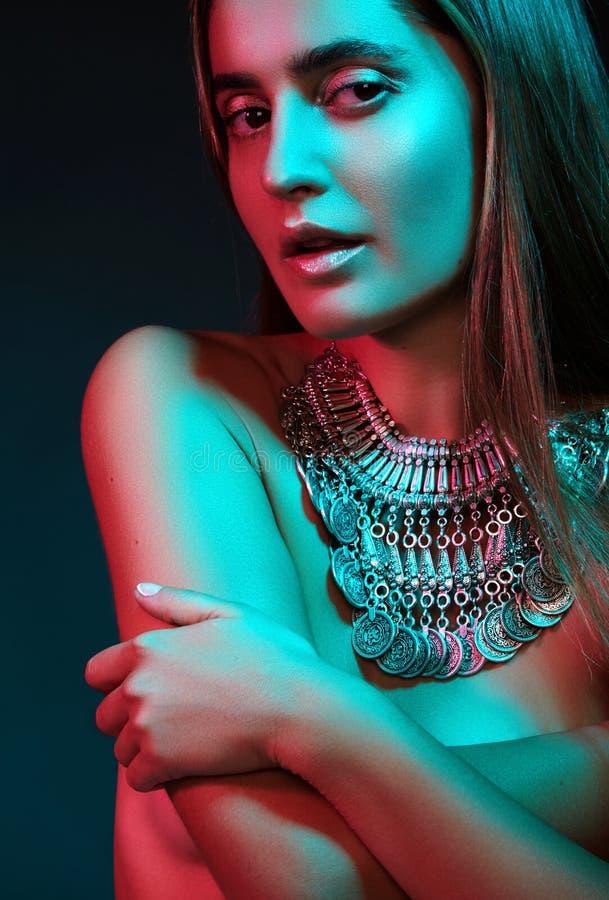 Mooie vrouw in een halsband Model in juwelen van zilver Mooie Indische juwelen Verstralers stock afbeelding