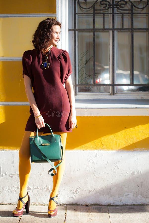 Mooie vrouw in een kleding van Bourgondië stock afbeeldingen