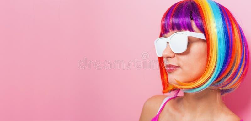 Download Mooie Vrouw In Een Kleurrijke Pruik Stock Foto - Afbeelding bestaande uit schoonheid, hairstyle: 107706646