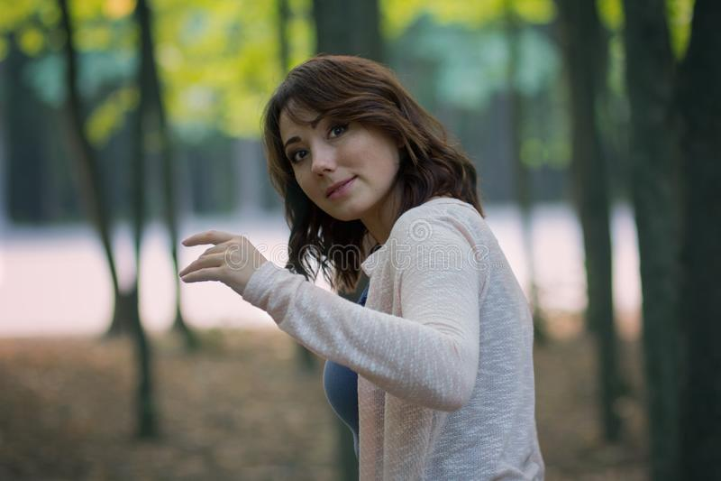 Mooie vrouw in een mystiek bos stock afbeeldingen