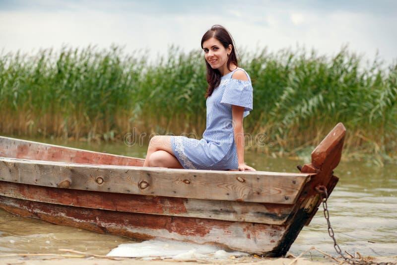 Mooie vrouw in een Oude Houten vissersboot royalty-vrije stock afbeeldingen