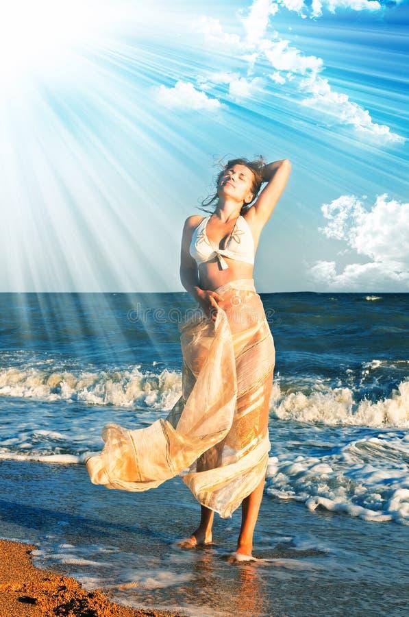Mooie vrouw in een overzees royalty-vrije stock afbeeldingen