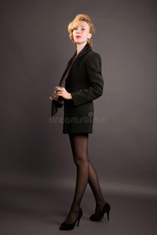 Mooie vrouw in a in een pak stock afbeeldingen