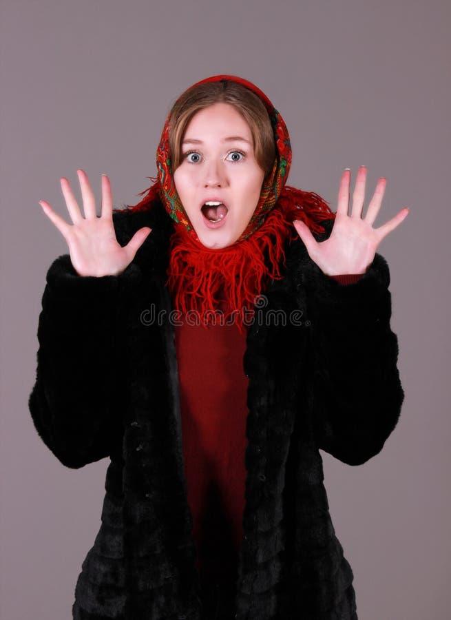 Mooie vrouw in een rode sjaal royalty-vrije stock foto's