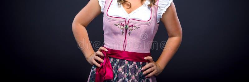 Mooie vrouw in een traditionele Beierse dirndl stock foto's