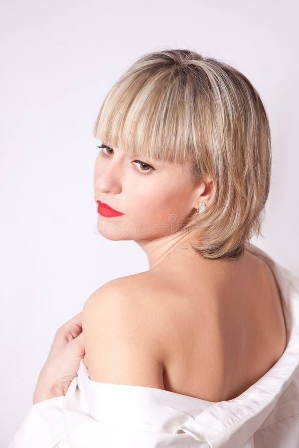 Mooie vrouw in een wit overhemd royalty-vrije stock foto's