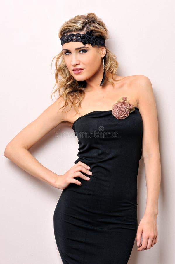 Mooie vrouw in een zwarte kleding. Het portret van de studio. royalty-vrije stock afbeeldingen