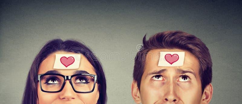 Mooie vrouw en een knappe man in liefde stock afbeelding