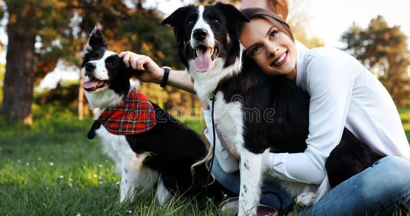 Mooie vrouw en hond die van hun tijd in aard genieten royalty-vrije stock afbeeldingen