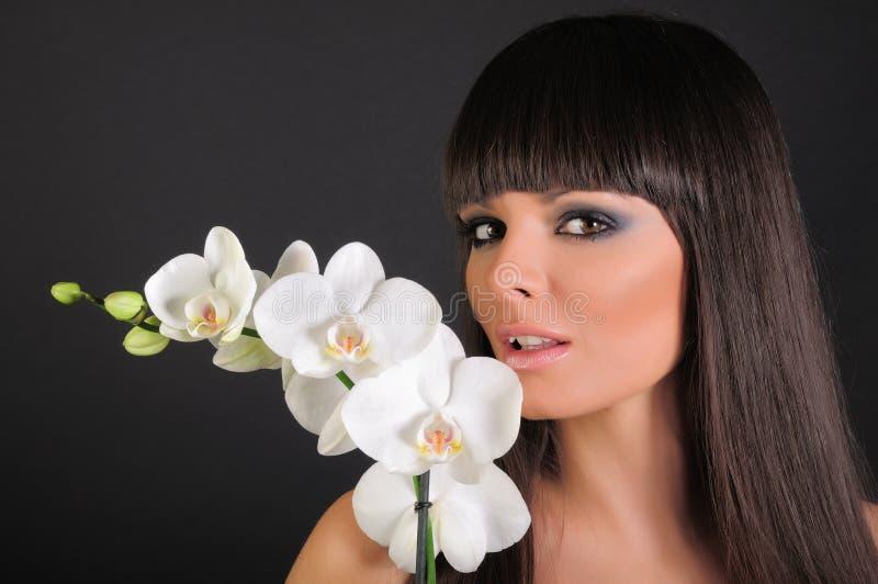 Mooie vrouw en orchidee royalty-vrije stock foto's