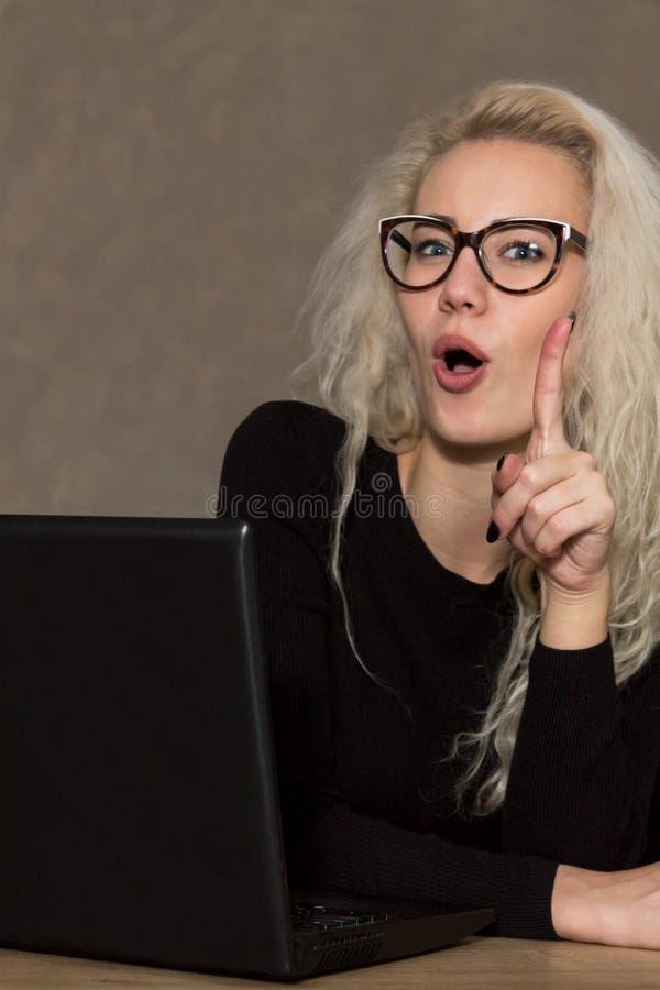 Mooie Vrouw in Glazen met Computer royalty-vrije stock fotografie