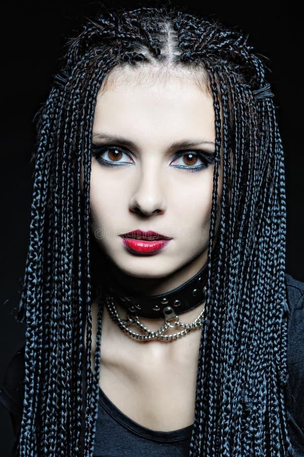 Mooie vrouw in gotische vorm met vlechten. stock afbeelding