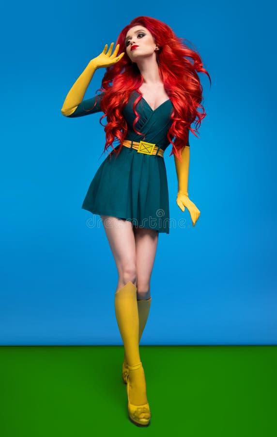Mooie vrouw in groen superherokostuum stock foto