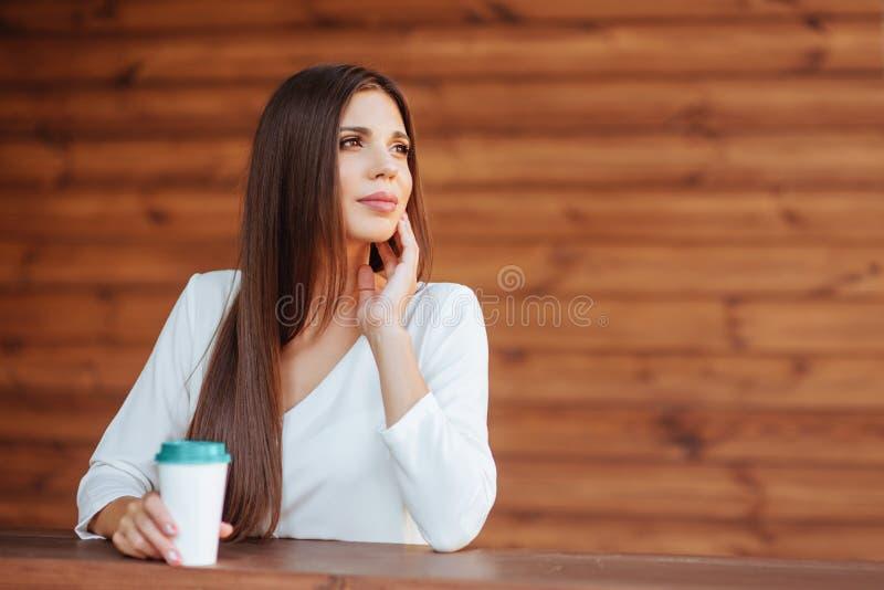Mooie vrouw het drinken koffie royalty-vrije stock afbeelding