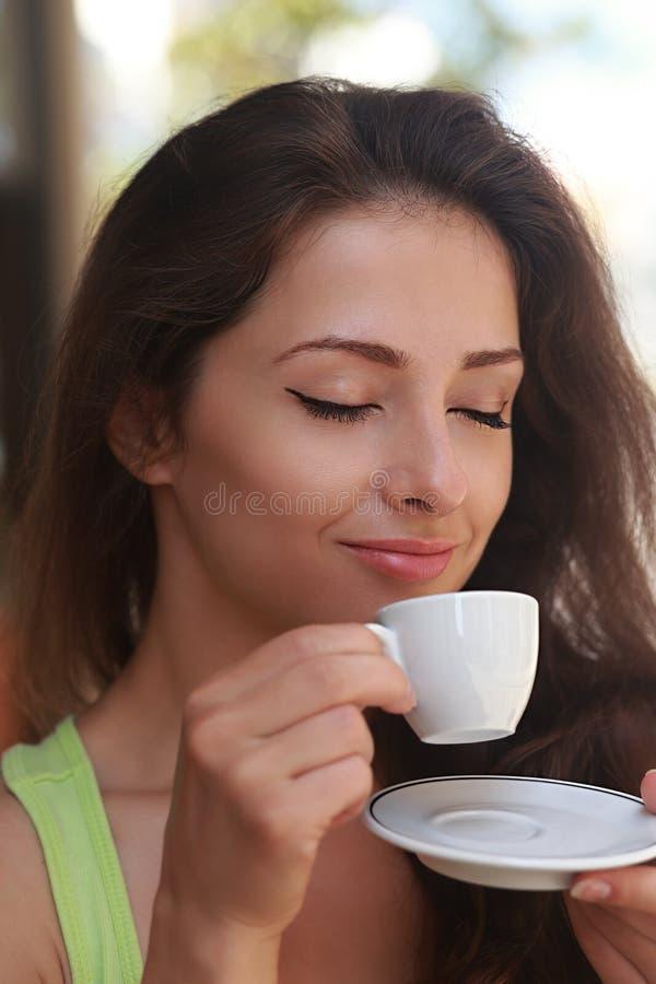 Mooie vrouw het drinken koffie met het genieten van stock afbeeldingen