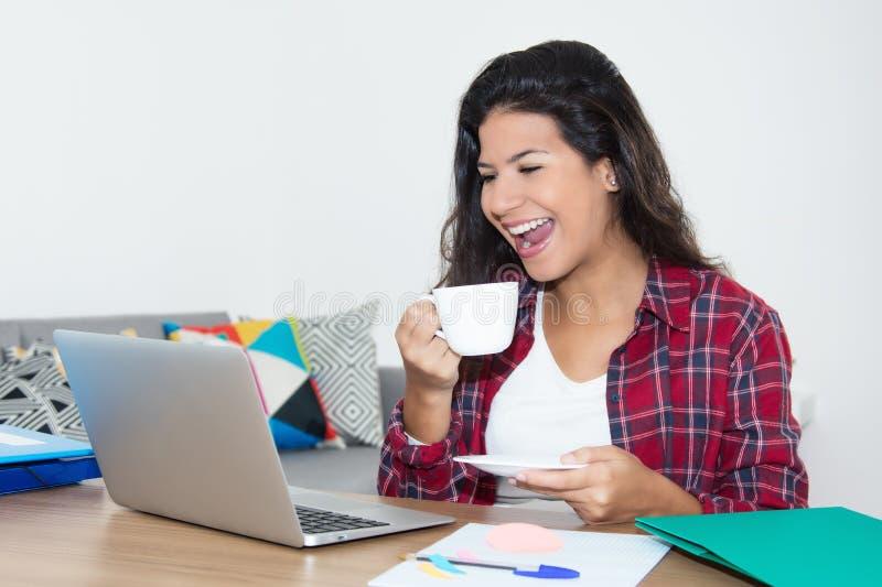 Mooie vrouw het letten op film op laptop stock fotografie