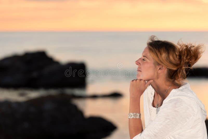 Mooie vrouw in het licht van een de zomeravond royalty-vrije stock foto