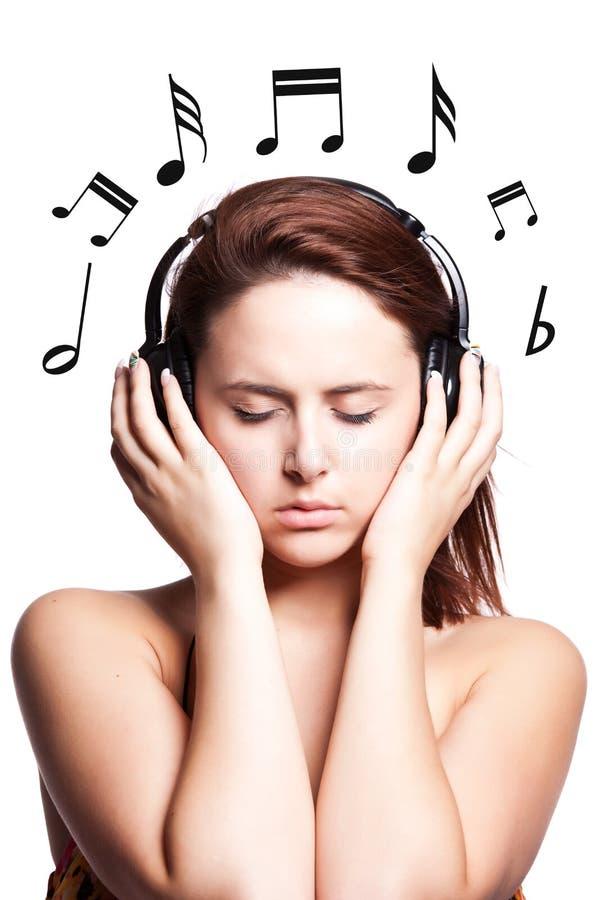 Mooie vrouw het luisteren muziek stock foto's