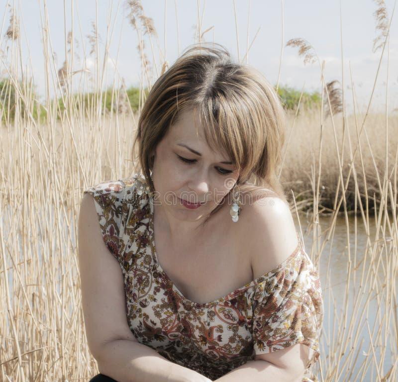 Download Mooie Vrouw In Het Openlucht Plaatsen Stock Afbeelding - Afbeelding bestaande uit jong, nave: 39113491