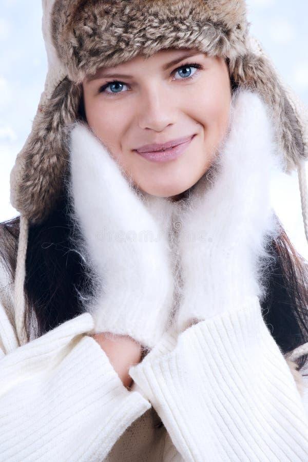 Mooie vrouw in het warme portret van de kledingsclose-up stock fotografie