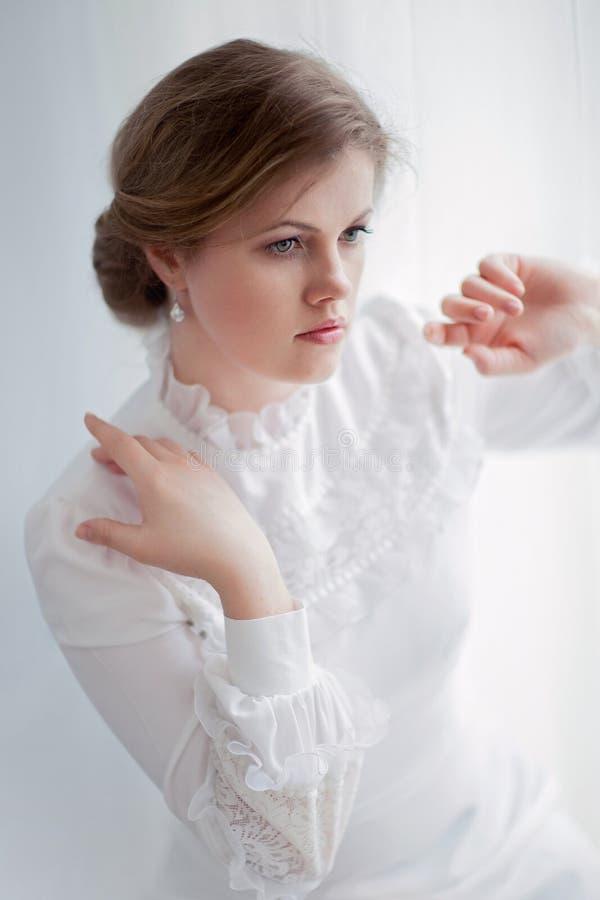 Mooie vrouw in historische kleding stock foto's