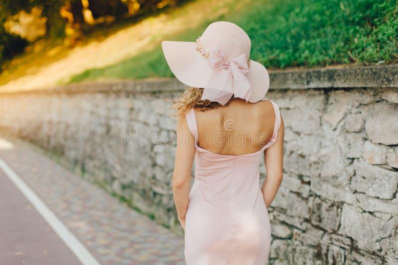 Mooie vrouw in hoed stock foto's