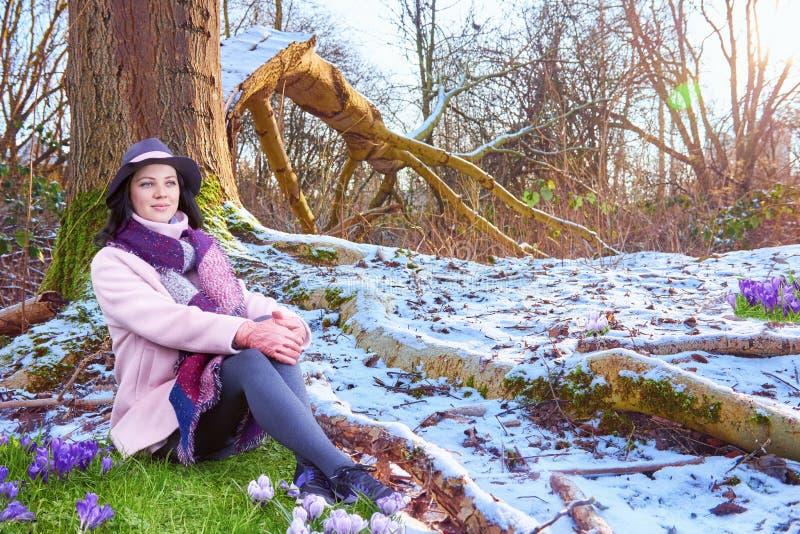 Mooie vrouw in hoed op de open plek van de de lentesneeuw stock foto's